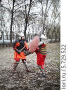 Купить «Дуэль Восточных воинов в доспехах на маневрах Восток против Запада, 28 апреля 2013 года в Москве, Россия», фото № 5729522, снято 28 апреля 2013 г. (c) Losevsky Pavel / Фотобанк Лори