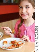 Девочка ест пиццу в пиццерии. Стоковое фото, фотограф Losevsky Pavel / Фотобанк Лори