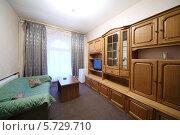 Купить «Интерьер гостиной с зеленым диваном», фото № 5729710, снято 5 мая 2013 г. (c) Losevsky Pavel / Фотобанк Лори