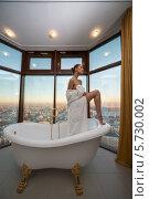 Купить «Красивая женщины в ванной комнате с большими окнами», фото № 5730002, снято 16 декабря 2012 г. (c) Losevsky Pavel / Фотобанк Лори