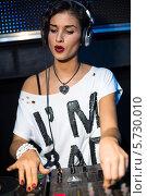 Купить «Девушка-DJ стоит за микшерным пультом в ночном клубе», фото № 5730010, снято 30 марта 2013 г. (c) Losevsky Pavel / Фотобанк Лори