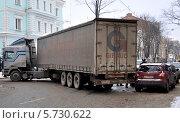 Купить «Автомобильная авария с участием грузового и легкового автомобилей на улице Харькова», фото № 5730622, снято 20 января 2011 г. (c) Анна Мартынова / Фотобанк Лори