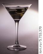 Бокал для мартини с оливкой. Стоковое фото, фотограф Сергей Филимончук / Фотобанк Лори