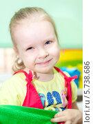 Купить «Портрет милой улыбающейся девочки», фото № 5738686, снято 23 марта 2014 г. (c) Кекяляйнен Андрей / Фотобанк Лори