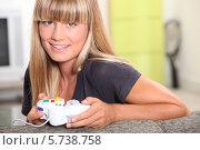 Купить «улыбающаяся девушка с компьютерным джойстиком», фото № 5738758, снято 1 июля 2010 г. (c) Phovoir Images / Фотобанк Лори