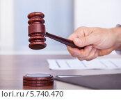 Купить «Судья ударяет молотком», фото № 5740470, снято 10 ноября 2013 г. (c) Андрей Попов / Фотобанк Лори