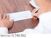Купить «Мужчина подписывает чек», фото № 5740562, снято 10 ноября 2013 г. (c) Андрей Попов / Фотобанк Лори