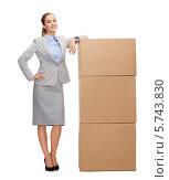 Купить «Привлекательная бизнес-леди улыбается, стоя рядом с большими картонными коробками», фото № 5743830, снято 19 января 2014 г. (c) Syda Productions / Фотобанк Лори