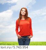 Купить «Улыбающаяся девушка в повседневной одежде на природе», фото № 5743954, снято 27 ноября 2013 г. (c) Syda Productions / Фотобанк Лори