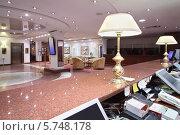 Купить «Лампы на мраморной стойке ресепшен и большой лобби-холл в современном отеле», фото № 5748178, снято 25 января 2013 г. (c) Losevsky Pavel / Фотобанк Лори