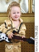 Портрет мальчика в концертном костюме в стиле ретро с гитарой. Стоковое фото, фотограф Losevsky Pavel / Фотобанк Лори