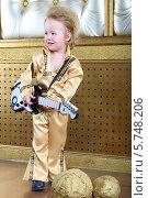 Мальчик в концертном костюме в стиле ретро с гитарой. Стоковое фото, фотограф Losevsky Pavel / Фотобанк Лори
