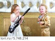 Мальчик и девочка в концертных костюмах с гитарой. Стоковое фото, фотограф Losevsky Pavel / Фотобанк Лори