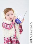 Купить «Маленькая девочка в меховых наушниках  с портативным радио», фото № 5748370, снято 2 февраля 2013 г. (c) Losevsky Pavel / Фотобанк Лори