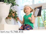 Купить «Маленькая художница с кистью в руке», фото № 5748418, снято 12 мая 2013 г. (c) Losevsky Pavel / Фотобанк Лори