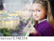 Купить «Маленькая симпатичная девочка показывает на макет жилых зданий», фото № 5748514, снято 2 декабря 2012 г. (c) Losevsky Pavel / Фотобанк Лори