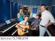 Купить «Молодые музыканты в студии звукозаписи с оборудованием», фото № 5748614, снято 25 декабря 2012 г. (c) Losevsky Pavel / Фотобанк Лори