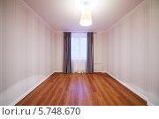 Купить «Светлая комната с занавесками на окне в новой квартире», фото № 5748670, снято 2 декабря 2012 г. (c) Losevsky Pavel / Фотобанк Лори