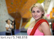 Купить «Портрет улыбающейся блондинка с красной веревкой на плече на фоне склалодрома», фото № 5748818, снято 5 декабря 2012 г. (c) Losevsky Pavel / Фотобанк Лори