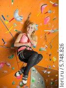 Купить «Улыбающаяся блондинка висит на снаряжении на фоне стены скалодрома», фото № 5748826, снято 5 декабря 2012 г. (c) Losevsky Pavel / Фотобанк Лори