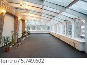 Пустое помещение со стеклянным потолком и несколькими растениями. Стоковое фото, фотограф Losevsky Pavel / Фотобанк Лори