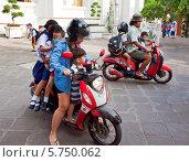 Родители привезли своих детей в школу в Бангкоке (2013 год). Редакционное фото, фотограф Михаил Мандрыгин / Фотобанк Лори