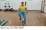 Купить «Женщина занимается на велотренажере», видеоролик № 5750594, снято 27 марта 2014 г. (c) Михаил Коханчиков / Фотобанк Лори