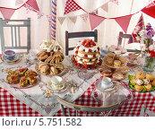 Купить «праздничный стол с едой», фото № 5751582, снято 16 февраля 2019 г. (c) Food And Drink Photos / Фотобанк Лори