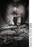 Бокал вина и бусы. Стоковое фото, фотограф Онипенко Михаил / Фотобанк Лори