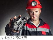 Кусок каменного угля в руках шахтера. Стоковое фото, фотограф Viktor Gladkov / Фотобанк Лори