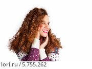 Веселая кудрявая девушка в свитере на белом фоне. Стоковое фото, фотограф Daniil Nikiforov / Фотобанк Лори