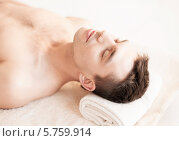 Купить «Молодой мужчина в СПА-салоне», фото № 5759914, снято 4 мая 2013 г. (c) Syda Productions / Фотобанк Лори