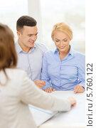 Молодая семья оформляет кредит в банке на покупку квартиры. Стоковое фото, фотограф Syda Productions / Фотобанк Лори