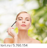 Красивая девушка с кисточкой для макияжа. Стоковое фото, фотограф Syda Productions / Фотобанк Лори