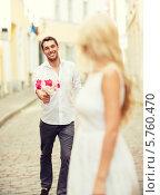 Купить «Молодой человек идет на свидание к девушке с букетом цветов», фото № 5760470, снято 14 июля 2013 г. (c) Syda Productions / Фотобанк Лори