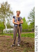 Купить «Улыбающаяся блондинка с лопатой и граблями на грядках в весеннем саду», фото № 5760874, снято 25 мая 2013 г. (c) Евгений Ткачёв / Фотобанк Лори