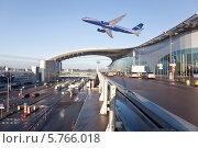 Купить «Ту-214 над аэропортом Шереметьево», фото № 5766018, снято 14 апреля 2012 г. (c) Наталья Волкова / Фотобанк Лори