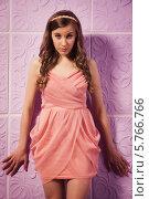 Купить «Длинноволосая девушка в розовом платье позирует у стены», фото № 5766766, снято 2 марта 2014 г. (c) Дмитрий Черевко / Фотобанк Лори