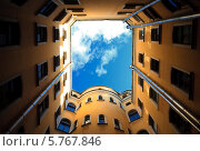 Купить «Желтый двор-колодец и синее небо, Санкт-Петербург», фото № 5767846, снято 29 сентября 2009 г. (c) Смелов Иван / Фотобанк Лори