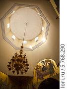 Купить «Люстра и иконостас под куполом храма», фото № 5768290, снято 10 октября 2013 г. (c) Александр Носков / Фотобанк Лори