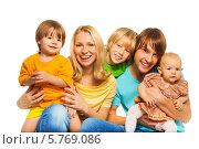 Купить «Радостные родители с тремя детьми», фото № 5769086, снято 30 ноября 2013 г. (c) Сергей Новиков / Фотобанк Лори