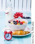 Завтрак: мюсли с ягодами и молоко. Стоковое фото, фотограф Olena Gorbenko / Фотобанк Лори