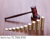Купить «судейский молоток и стопки монет», фото № 5769910, снято 2 ноября 2013 г. (c) Андрей Попов / Фотобанк Лори