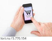Купить «человек делает покупку в интернете, крупный план», фото № 5770154, снято 18 ноября 2013 г. (c) Андрей Попов / Фотобанк Лори