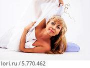 Светловолосая женщина лежит на полу прикрывается белой тканью. Стоковое фото, фотограф Daniil Nikiforov / Фотобанк Лори