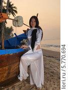 Купить «Девушка и лодка», фото № 5770694, снято 19 января 2014 г. (c) макаров виктор / Фотобанк Лори