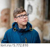 Купить «Мальчик-подросток на прогулке смотрит вверх», эксклюзивное фото № 5772810, снято 2 апреля 2014 г. (c) Игорь Низов / Фотобанк Лори