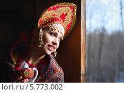 Купить «Русская молодая женщина в кокошнике с чашкой в руках», фото № 5773002, снято 9 марта 2014 г. (c) Евгения Семенова / Фотобанк Лори