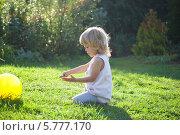 Маленькая девочка блондинка играет на траве в парке летом. Стоковое фото, фотограф Евдокимова Ольга / Фотобанк Лори