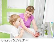 Купить «Мама с ребенком моют руки в ванной комнате», фото № 5778314, снято 5 февраля 2014 г. (c) Андрей Кузьмин / Фотобанк Лори